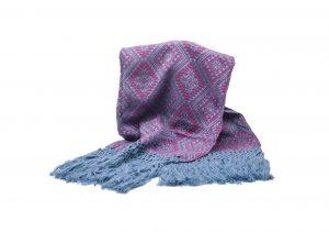 Foulard de invierno fucsias con flecos azules